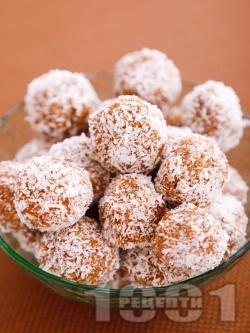 Сурови домашни бонбони / трюфели / топчета от сушени плодове (смокини, стафиди, фурми), орехи, бадеми и кокос за десерт - снимка на рецептата